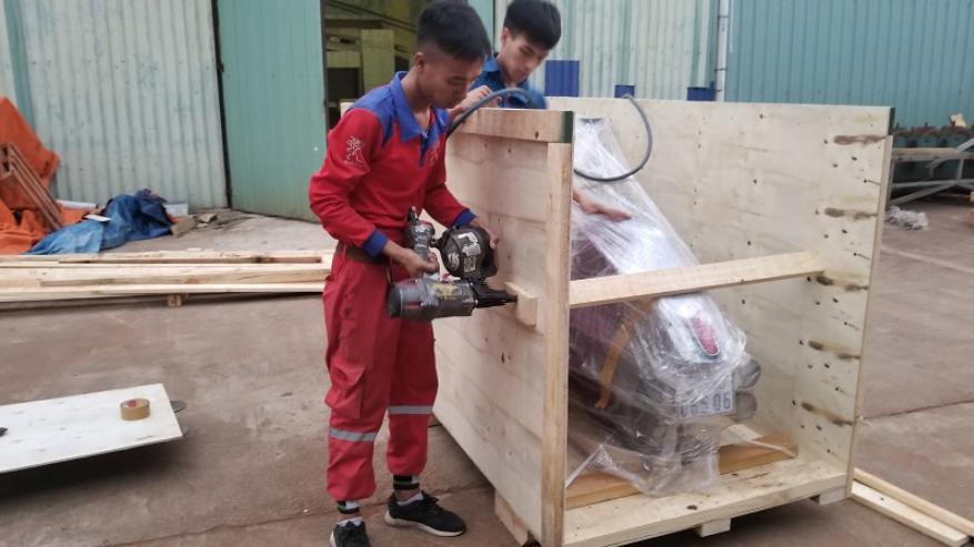 Sử dụng thùng gỗ để bọc xe máy